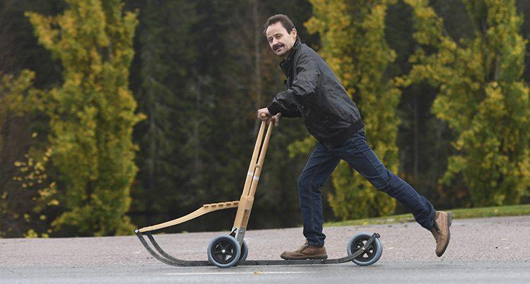 Eljan Bertilsson på en spark med hjul