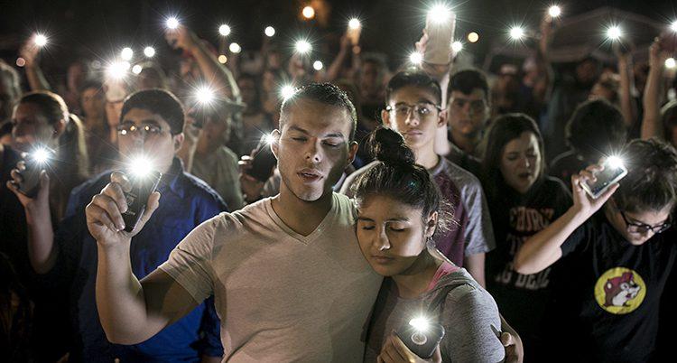 Människor samlas för en minnesstund