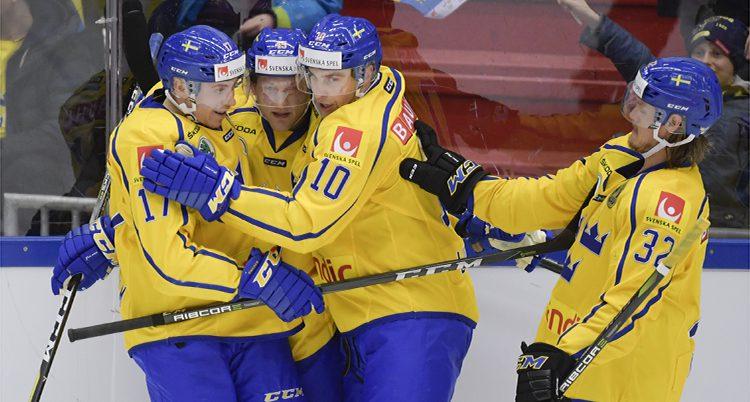Svenska spelare kramas efter ett mål