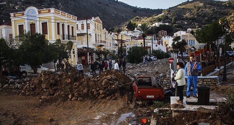 Minst 18 doda i oversvamningar