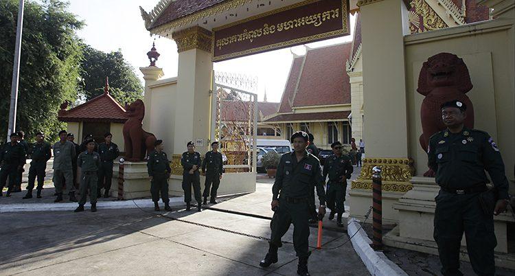 Poliser vaktar vid domstolen i Kambodja
