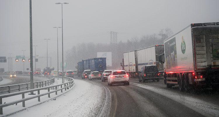 Det är snö och halt på många vägar