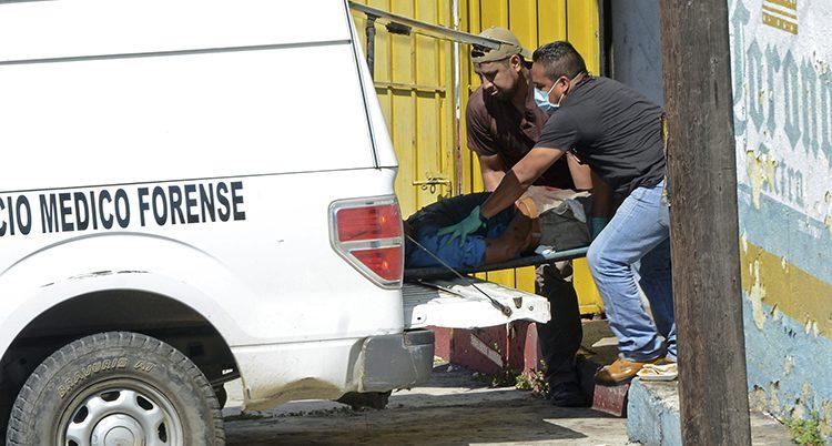 En dödad man tas om hand