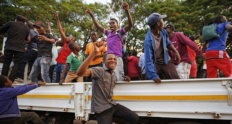 Människor firar att Mugabe tvingas sluta