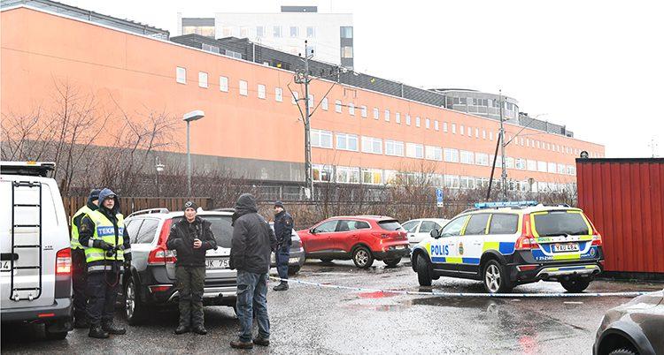 Poliser där handgranaten sprängdes