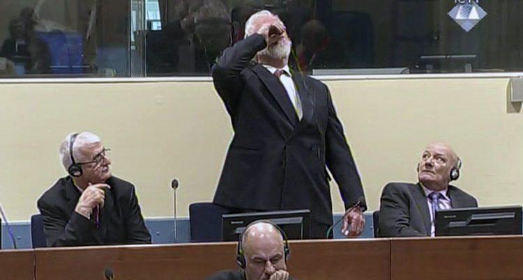 Slobodan Praljak dricker giftet