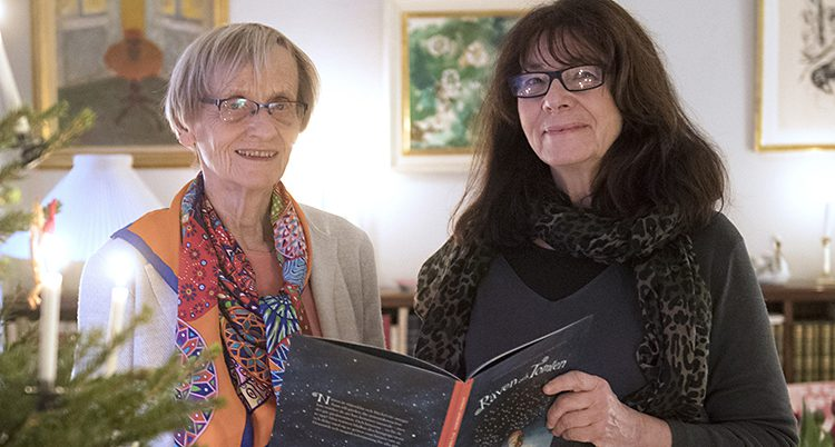 De visar upp boken av Astrid Lindgren