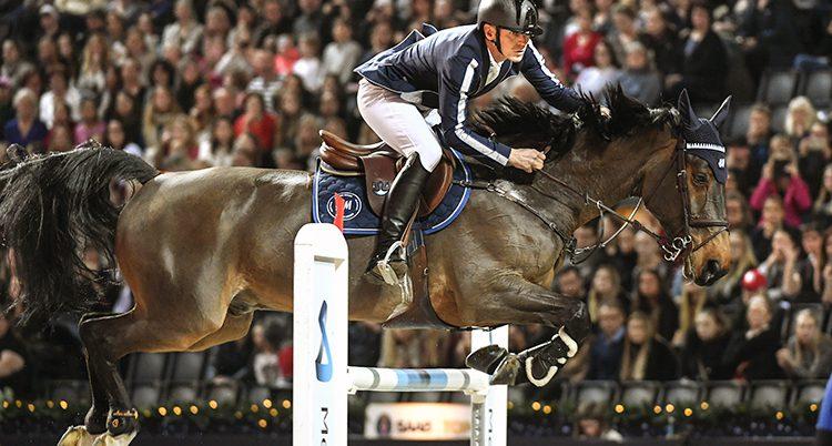 Peder och hans häst är på väg över ett hinder.