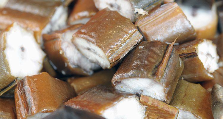 Runda bitar av rökt ål