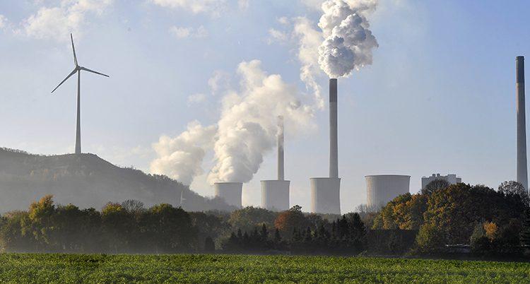 Etty kraftverk med rykande skorstenar