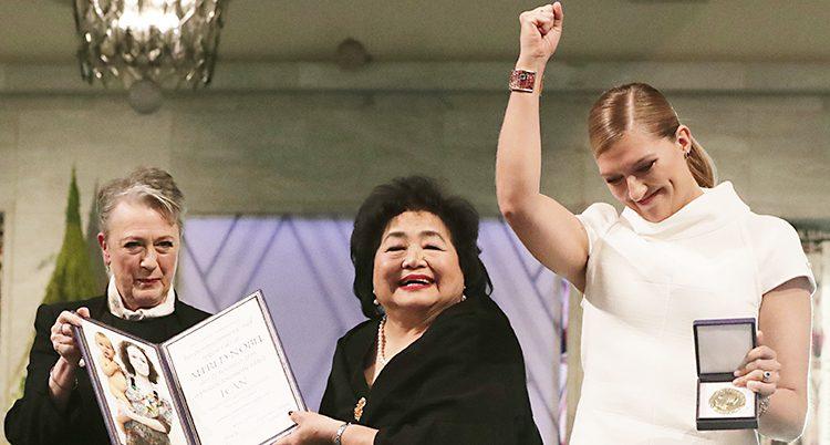 Setsuko Thurlow och Beatrice Fihn ser glada ut när de tar emot en medalj och ett diplom från Nobels fredsprisutdelare.