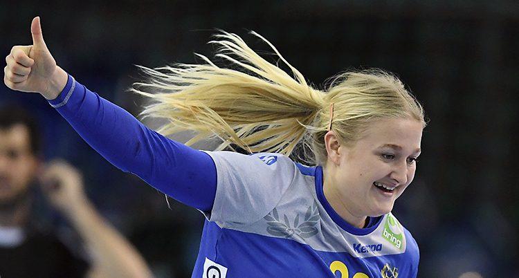 Hanna Blomstrand sträcker ut armen och gör tummen upp.