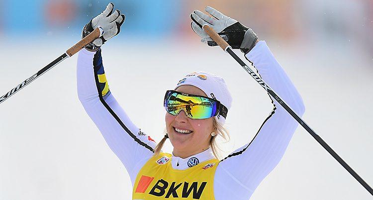 Stina Nilsson sträcker upp armarna i skyn efter vinsten.