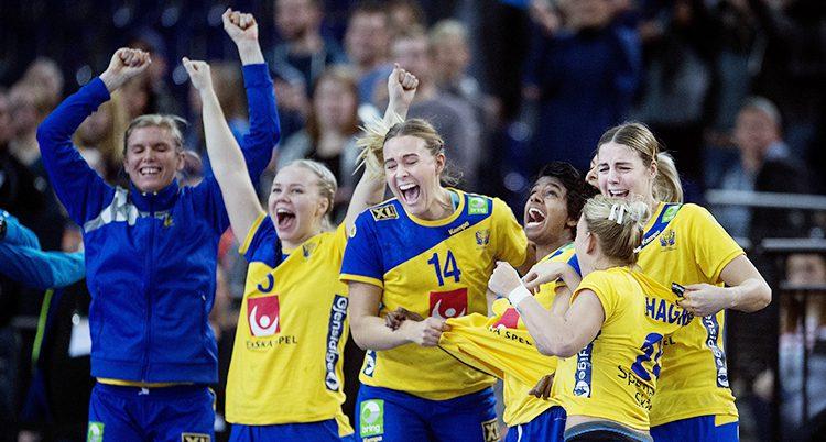 Damerna sträcker armarna i luften och jublar efter vinsten.