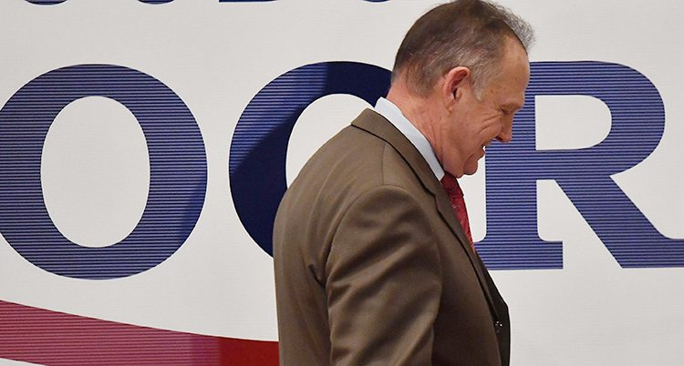 En bild på Roy Moore i profil. Han böjer huvudet.