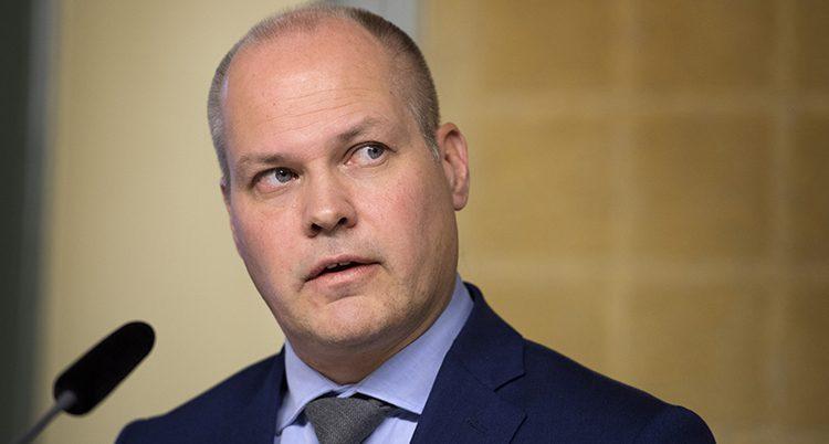 En ansiktsbild på Morgan Johansson. Han har blå kavaj och ljusare blå skjorta och en grå slips.