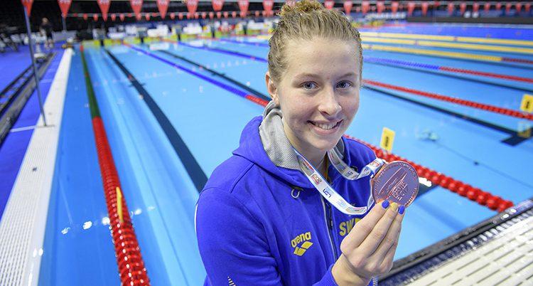 Sophie Hansson visar upp sin medalj.