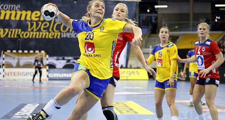 En matchbild från matchen mot Norge. Isabelle Gulldén hoppar upp i luften med bollen i högsta hugg. hon är precis på väg att skjuta den i mål.