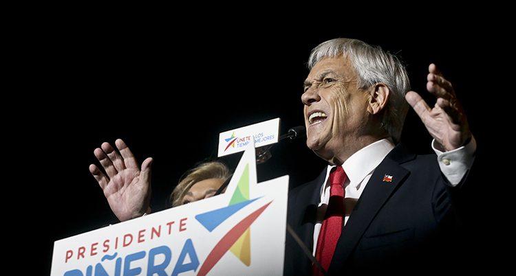 Sebastián Piñera står och talar till en folkmassa.