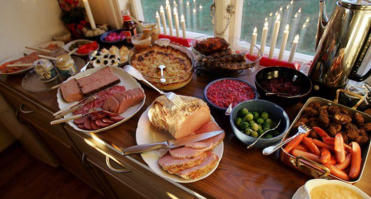 Ett bord med julmat. Bland annat skinka, rödbetssallad och olika syltor.