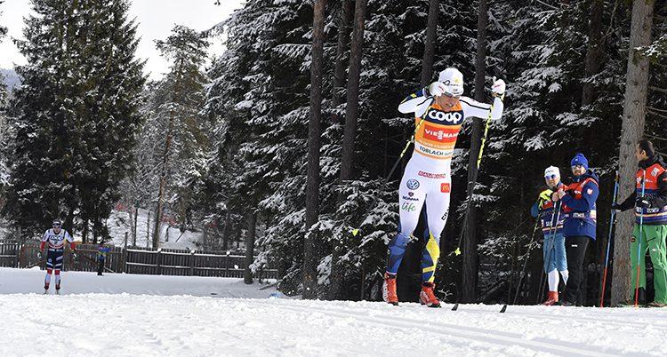 Charlotte Kalla i vita landslagsdräkten på skidor i spåret.
