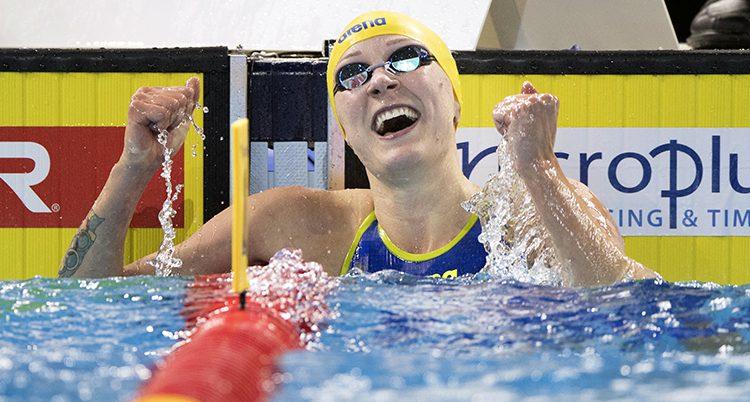 Sarah Sjöström gör en segergest i vattnet efter vinsten.