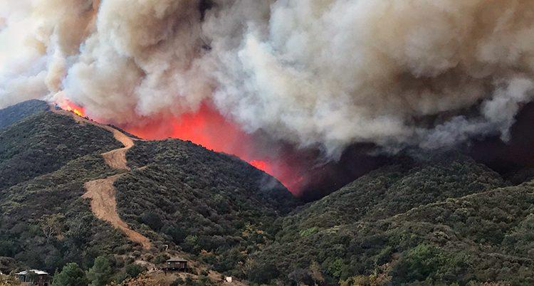 En brand vid ett berg i Kalifornien i USA.