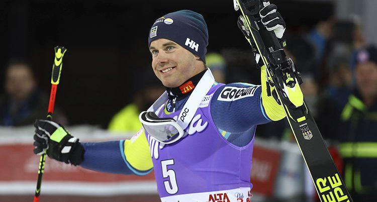 Matts Olsson är glad och håller i sina skidor.