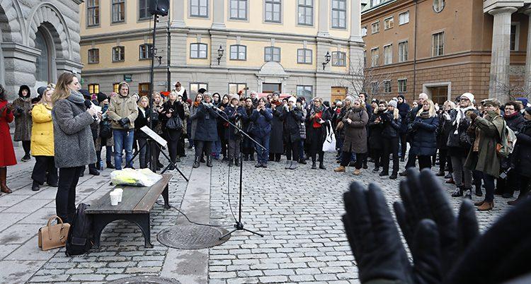 En grupp människor på ett torg i gamla stan i Stockholm