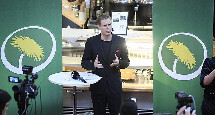 En bild på Gustav Fridolin som står vid ett litet bord och talar.