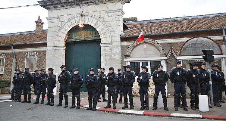 Poliser vaktar vid ett fängelse där det är strejk