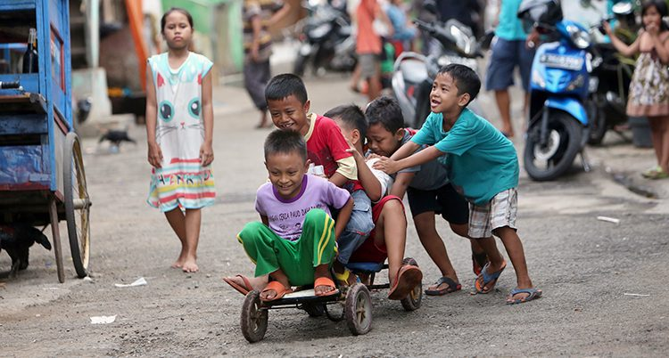 Barn leker på en gata i Indonesie