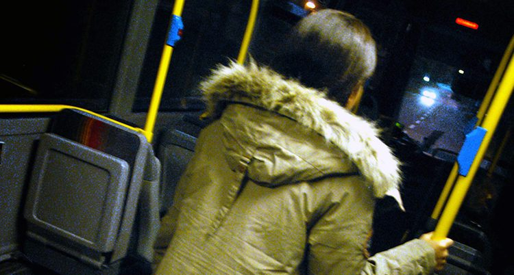 kvinna i buss