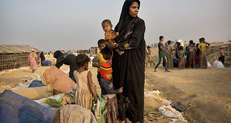 Människor väntar i ett läger för flyktingar i landet Bangladesh.