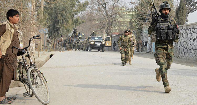 Soldater vaktar i en stad i Afghanistan
