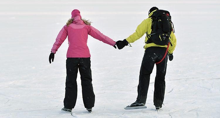 De åker skridskor på isen.