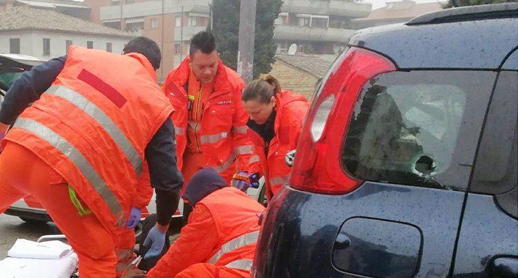 sjukvårdare hjälper en skadad men