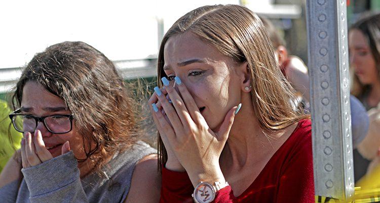 Studenter gråter efter skjutningen