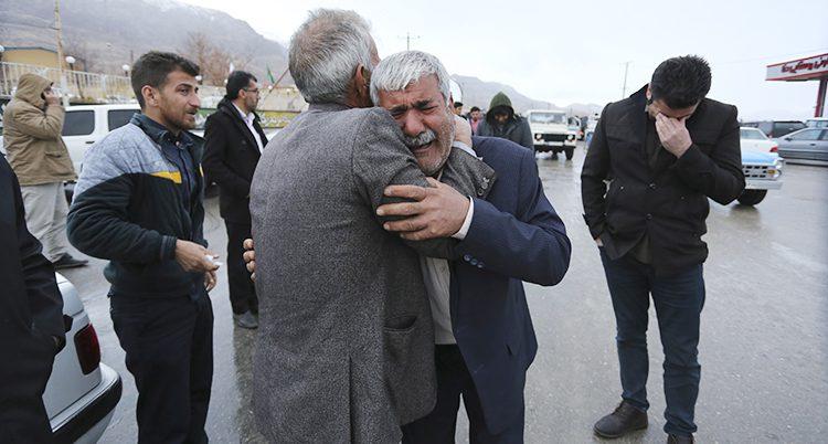 En man gråter efter flygolyckan i Iran