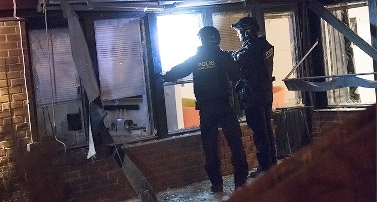 Poliser undersöker skadorna.