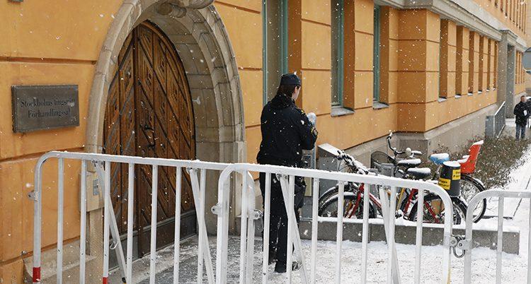 En polis utanför domstolen
