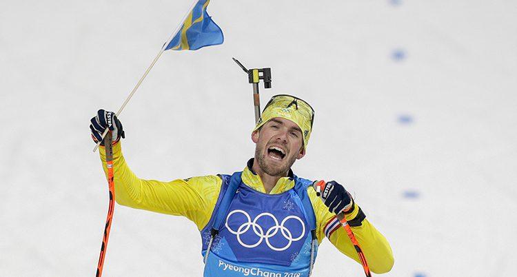 Fredrik Lindspröm har en liten svensk flagga som han viftar med och skriker
