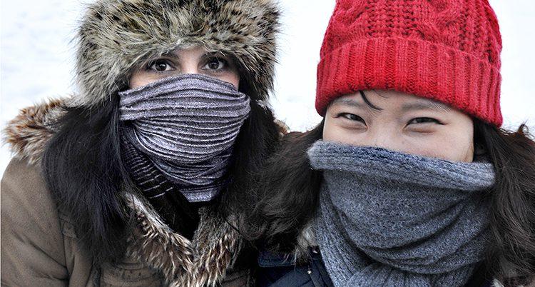 Folk som är klädda för kyla