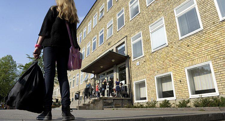En flicka på väg till skolan