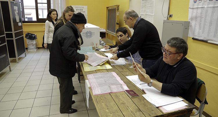 Folk röstar i valet i Italien