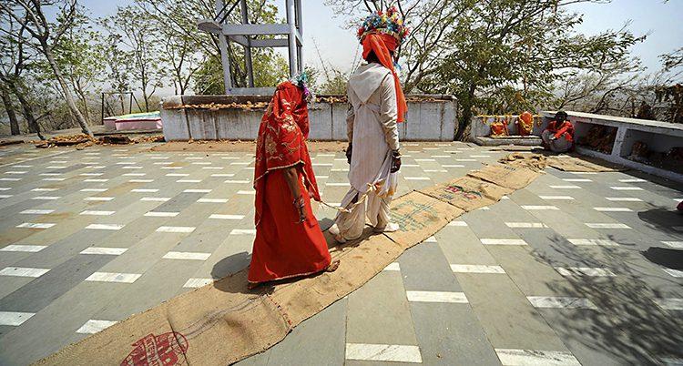 En ung flicka gifter sig
