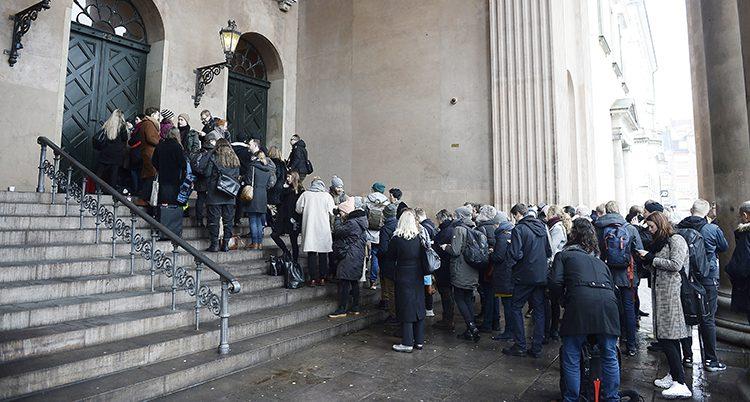 Folk köar för att se rättegången mot Peter Madsen
