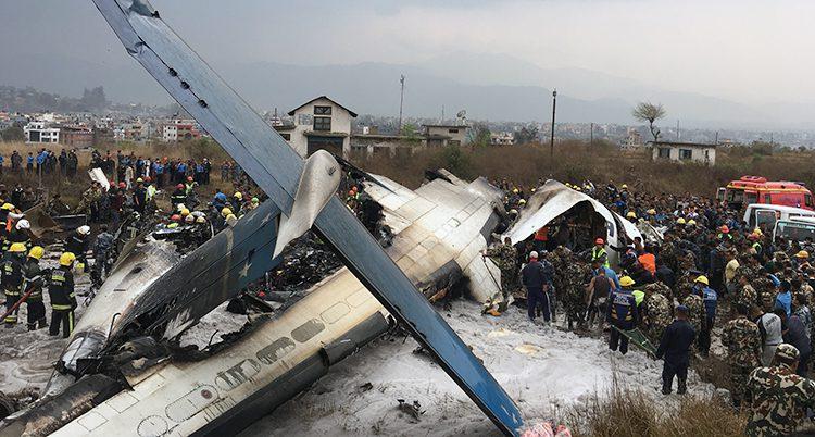 Flygplanet ligger kraschat på marken efter olyckan.