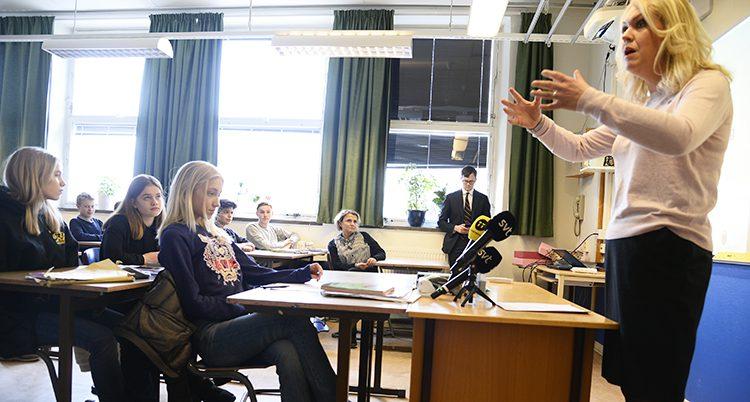 Ministern Lena Hallengren i en skola.