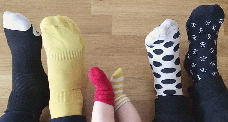 Olika strumpor på fötterna.